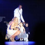 Mariah Carey recebe família no palco em show na Austrália