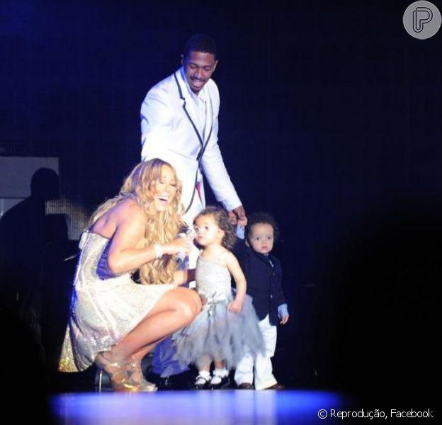 Mariah Carey esteve com a família no palco de seu show especial de Réveillon na Austrália, como mostra a foto publicada em sua conta de Facebook nesta terça-feira, 1º de janeiro de 2013