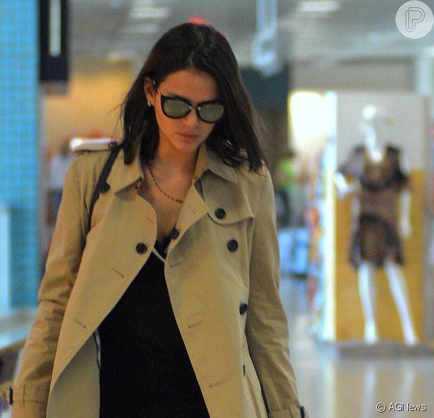Bruna Marquezine escolheu um look discreto para embarcar no aeroporto Santos Dumont nesta segunda-feira, dia 3 de outubro de 2016