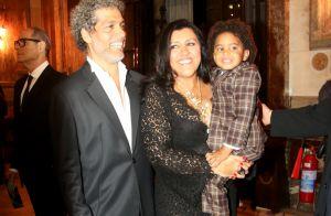 Regina Casé leva filho para vê-la receber prêmio de cinema, mas menino dorme