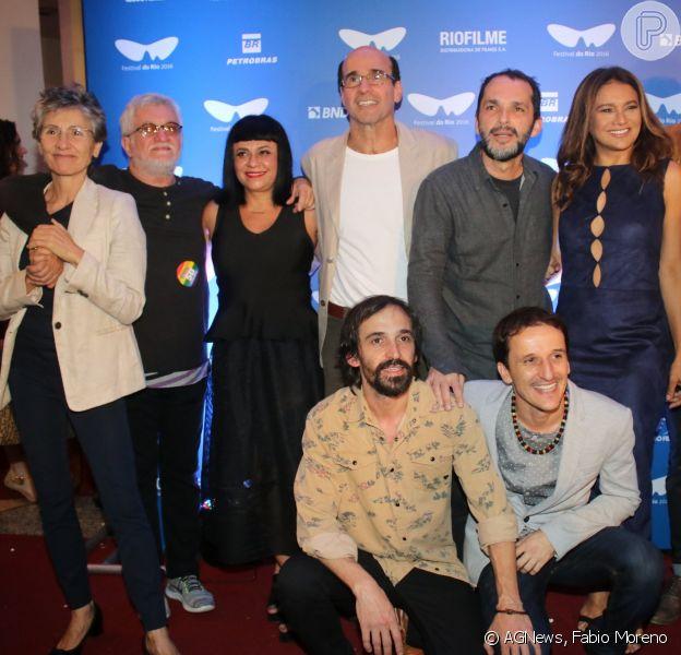Dira Paes e Cássia Kis Magro posam com equipe do filme 'Redemoinho'