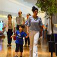 Vanessa Giácomo passeia com Moisés no shopping