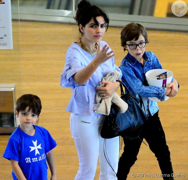 Vanessa Giácomo passeia com os dois filhos no shopping na Barra da Tijuca, na Zona Oeste do Rio de Janeiro, em 9 de outubro de 2016