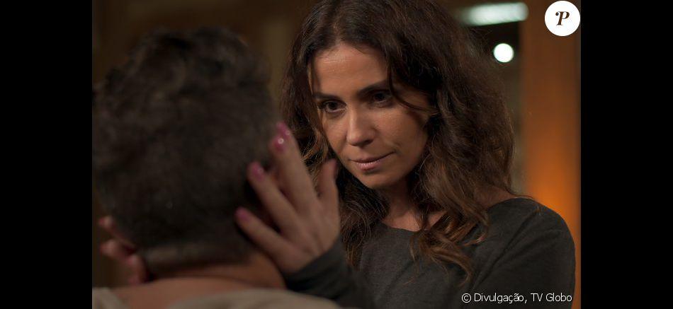 Após explosão e antes de desmaiar, Alice (Giovanna Antonelli) beija Mario (Bruno Gagliasso) e se declara para ele, no capítulo que vai ao ar na terça-feira, dia 18 de outubro de 2016, na novela 'Sol Nascente'