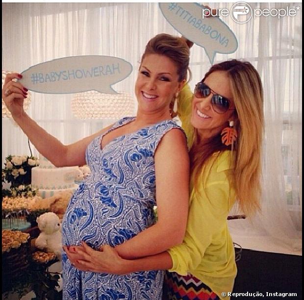 Ana Hickmann e Ticiane Pinheiro posam para foto no chá de bebê do primeiro filho da apresentadora, Alexandre, em 14 de dezembro de 2013