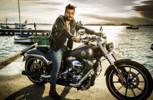 Bruno Gagliasso lembra apelido carinhoso que deu para sua moto: 'Minha preta'