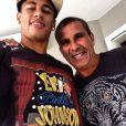 Querido de muitos famosos, Eri Johnson posa com o craque Neymar, exibindo a camisa de seu espetáculo solo, 'Eri Pinta, Johnson Borda'