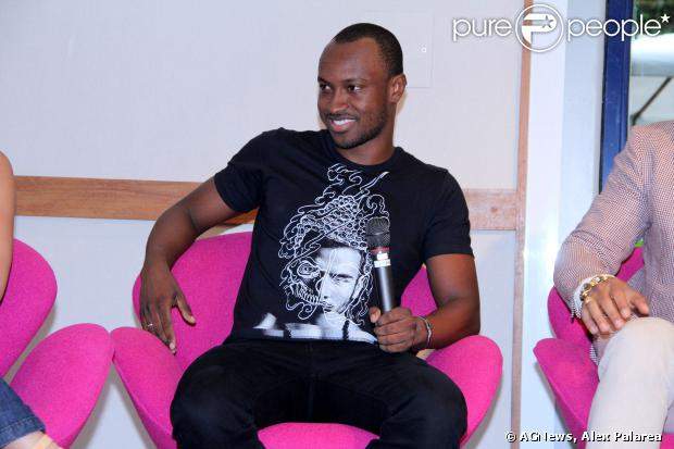 Thiaguinho estava sorridente na coletiva de 'Sai do Chão', novo programa da TV Globo, em 17 de dezembro de 2013