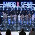 Otaviano Costa entra no palco do programa 'Amor & Sexo' da TV Globo completamente nu acompanhado de bailarinas
