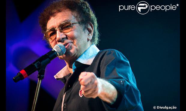 Reginaldo Rossi morre aos 69 anos, em Recife, Pernambuco, em 20 de dezembro de 2013