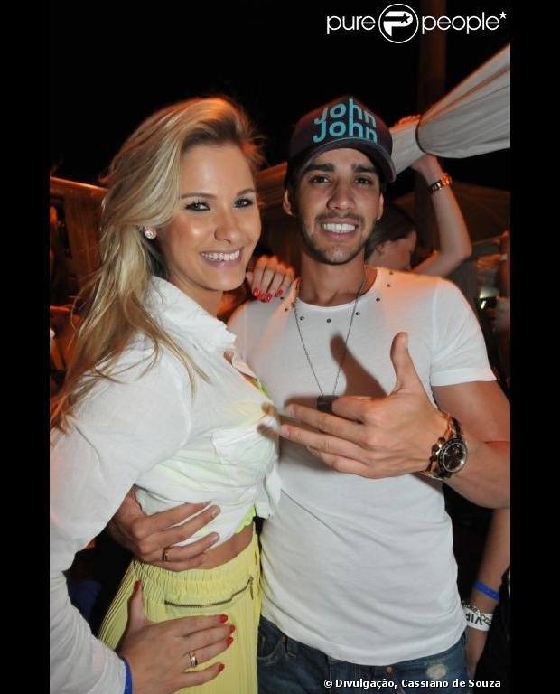 Gusttavo Lima assume namoro com Andressa Suita, ex de Théo Becker, e aparece com aliança de noivado com a loira, em 2 de janeiro de 2013
