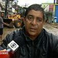 Zeca Pagodinho aparece todo molhado ajudando moradores de Xerém