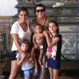 Regina Casé toda orgulhosa exibindo Roque, seu filho adotivo no Instagram ao lado de Benedita, sua filha de 24 anos, e duas meninas mais novas