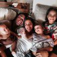 Roque, filho adotivo de 5 meses de Regina Casé, ao lado da irmã, Benedita, e membros da família