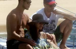Débora Nascimento e José Loreto passeiam de barco em clima de romance em Noronha