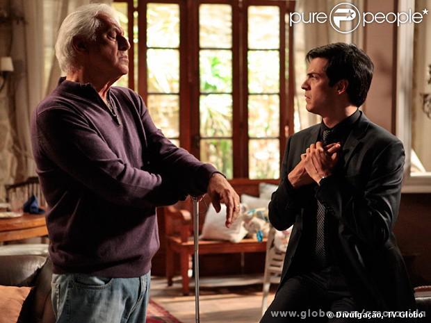 Félix (Mateus Solano) vai até a casa de César (Antonio Fagundes) para saber como ele está, mas acaba expulso pelo pai