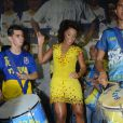 Juliana Alves samba à frente da bateria da escola