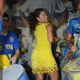 Com vestido curto, Juliana Alves mostra curvas ao sambar