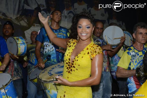Rainha de bateria da escola, Juliana Alves samba muito na festa de 82 anos da Unidos da Tijuca, no Rio, em 4 de janeiro de 2014