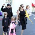 Em outubro de 2012, Angelina Jolie foi flagrada fazendo compras com seus gêmeos Vivienne Marcheline e Knox Léon, de 4 anos, e Shiloh Nouvel, de 6