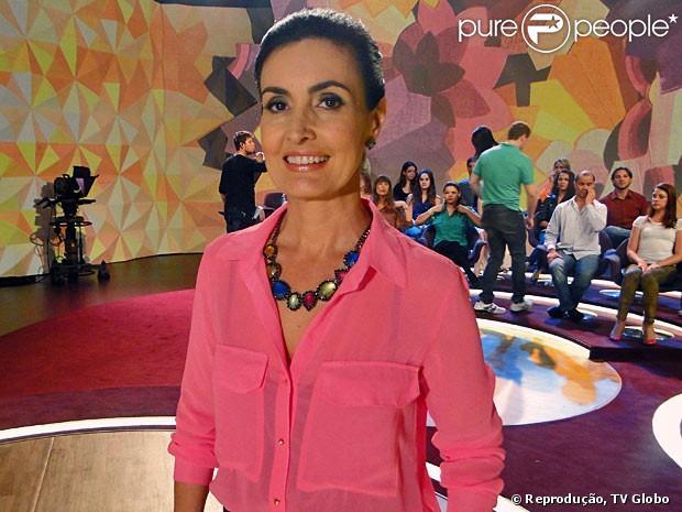 Fátima Bernardes escolhe camisa rosa de botão e um maxico
