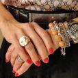 Fátima Bernardes mistura muitas pulseiras com relógio