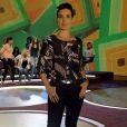 Fátima Bernardes veste calça jeans básica e camisa com estampas geométricas para complementar o visual