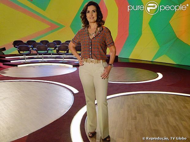 Fátima Bernardes combina calça cáqui com blusa estampada
