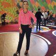 Fátima Bernardes se rende à moda: camisa neon rosa