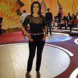 Fátima Bernardes apresenta seu programa usando leve transparência