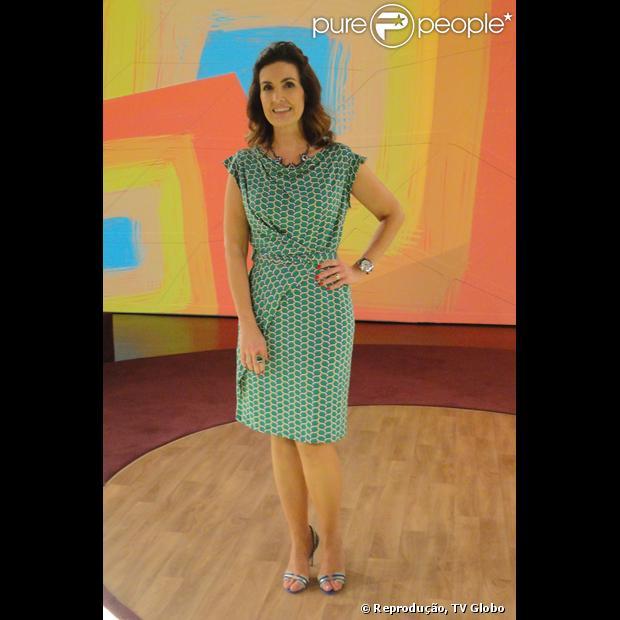 Fátima Bernardes usa   vestido envelope verde com estampa creme e incrementa o visual com um colar de pedras