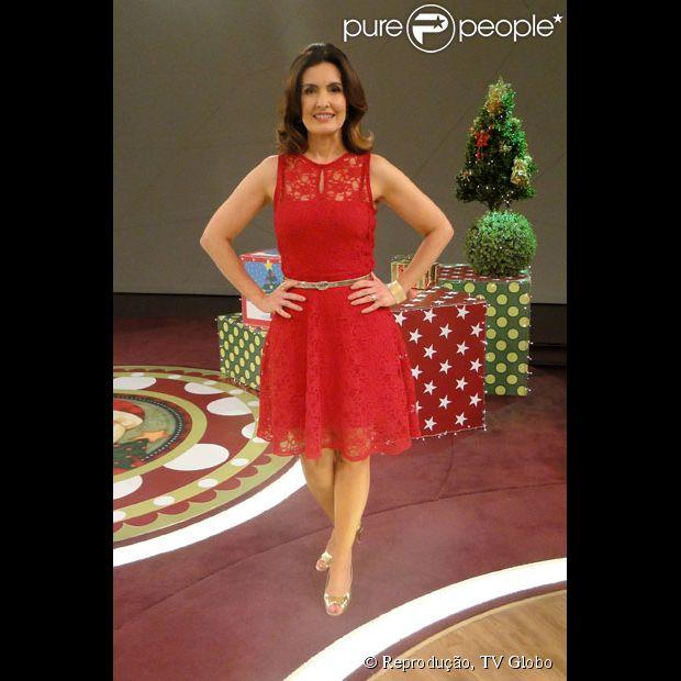 Fátima Bernardes   opta por um vestido vermelho de renda e um cinto para marcar a cintura no programa 'Encontro com Fátima Bernardes' que foi ao ar em 25 de dezembro de 2012
