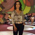 Fátima Bernardes, com o look   'animal print', usa camisa de estampa de oncinha com calça preta, optando por joias discretas e acessórios neutros