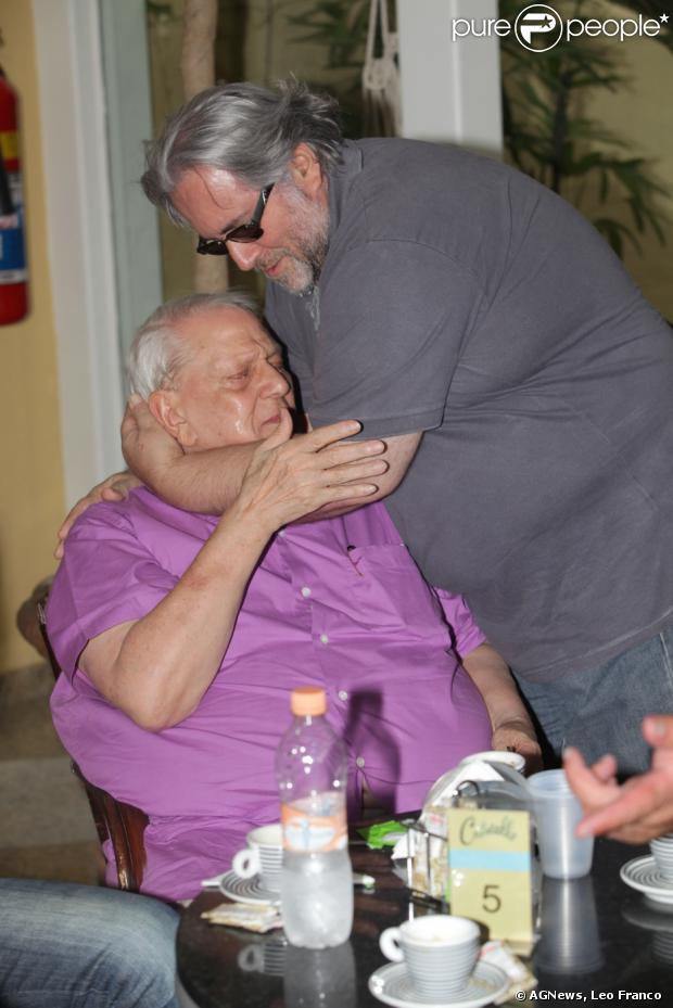 Ary Toledo se emocionou no enterro de Marly Marley neste sábado (11 de janeiro de 2014)