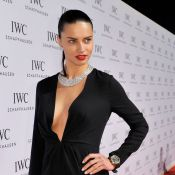 Adriana Lima aposta em decote profundo em evento de marca de relógios, na Suíça