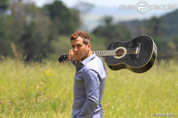 Ex-Dominó Íttalo Coutinho investe em carreira na música sertaneja e assume homossexulidade, em 25 de janeiro de 2014