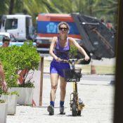 Ellen Jabour faz passeio com patinete motorizado em dia de sol no Rio de Janeiro