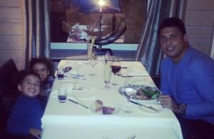 Ronaldo, solteiro, curte as filhas na Suíça: 'Jantar com minhas princesas!'
