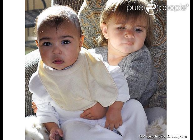 Kim Kardashian postou a foto de sua filha, North West, de 07 meses, ao lado da sobrinha Penelope nesta sexta-feira, 24 de janeiro de 2014