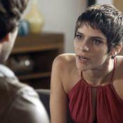 'A Lei do Amor': Tiago toma chope com Marina e Letícia se irrita. 'Não gostei!'