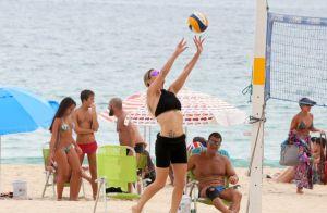 Fernanda Lima leva tombo e mostra boa forma ao jogar vôlei na praia. Fotos!