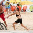 Fernanda Lima exibe boa forma ao jogar vôlei e mergulhar no mar. Fotos foram feitas nesta sexta-feira, 20 de janeiro de 2017