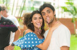 Felipe Simas e Mariana Uhlmann reúnem amigos no chá de bebê da filha, Maria