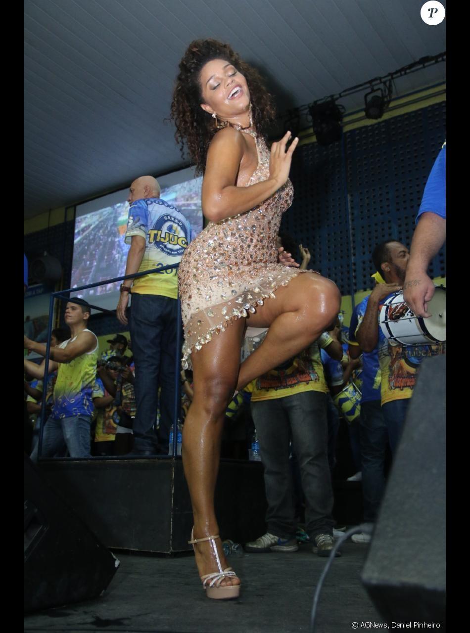 Juliana Alves arrasou no ensaio da Unidos da Tijuca para o carnaval, na noite deste sábado, 21 de janeiro de 2017