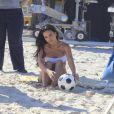 Mariana Rios exibe o corpo em forma de biquíni durante gravação de 'Além do Horizonte' na praia do Recreio dos Bandeirantes, Zona Oeste do Rio de Janeiro