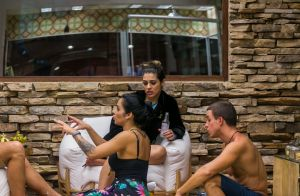 'BBB17': Manoel ironiza visual de Gabi Flor pelas costas. 'Cabelo do Valderrama'