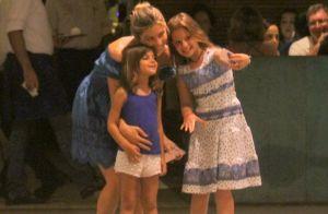 Grazi Massafera faz compras com o namorado e a filha e é abordada por fãs. Fotos