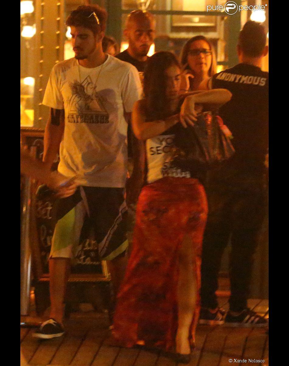 Caio Castro e Camilla Camargo jantam juntos no restaurante Paris 6, na Barra da Tijuca, na Zona Oeste do Rio de Janeiro