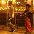 Caio Castro e Camilla Camargo se afastam depois que avistam o paparazzo