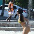 Ex-BBB Mayara curtiu o famoso chuveirinho da praia de Ipanema, Zona Sul do Rio de Janeiro e atraiu olhares na tarde desta quinta-feira (2/03)